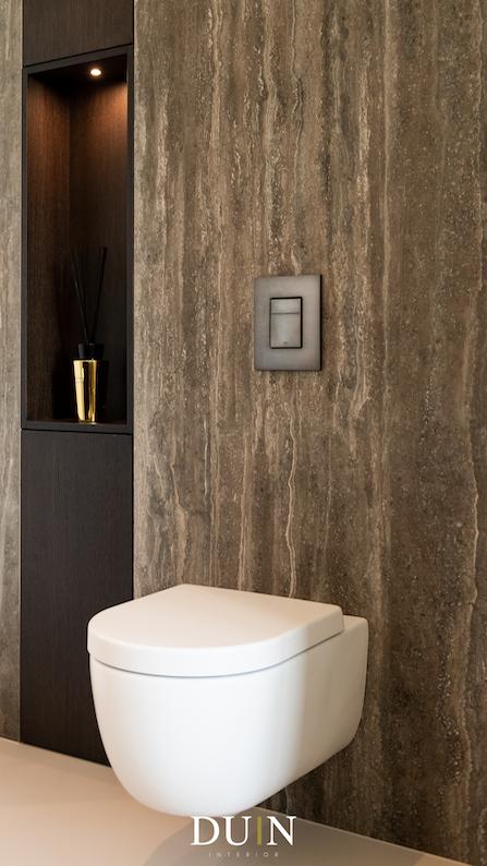 Luxe en modern toilet met travertin en gietvloer