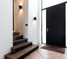 Riante Entree villa met houten vloer in hongaarse punt en trapopgang