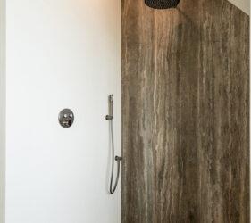 Luxe en moderne badkamer met travertin en gietvloer